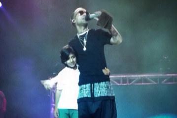 Arcangel cantando con su hijo en concierto 2015